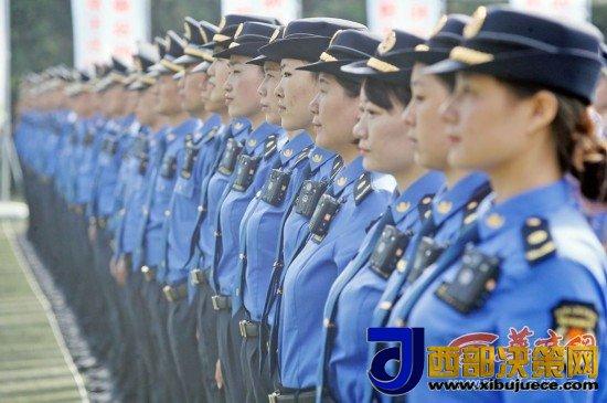西安城管换新装今后执法须佩戴有编号的胸徽