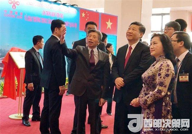 中央美术学院院长范迪安向习近平总书记介绍越中友谊宫