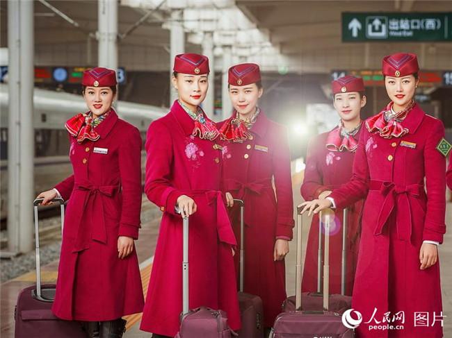 西成高铁首发乘务组集中亮相