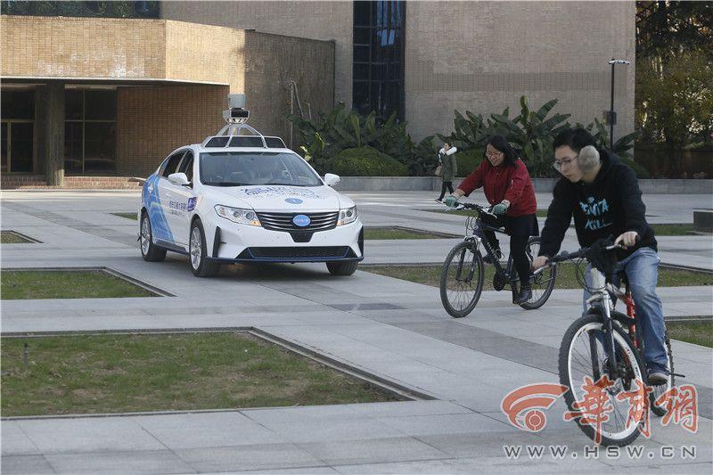 交大研发无人车会避让行人 院士呼吁上路测试