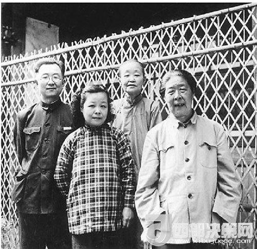 20世纪50年代中期,启功先生(左一)和夫人(左二)、母亲(右二)及姑姑(右一)在一起。