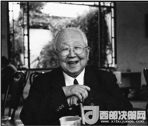 启功(1912―2005年),自称姓启名功,字元白,也作元伯,号坚净翁,北京市人。