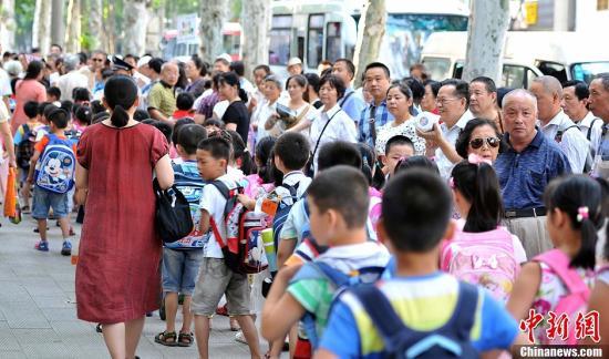 调查:91.4%受访家长常因接送孩子上下学而苦恼