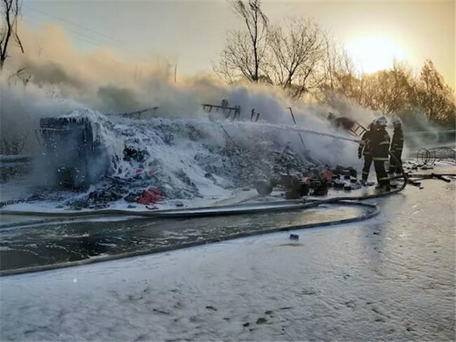 榆林靖边公安局宁条梁派出所紧急处置辖区高速路一罐车着火事故