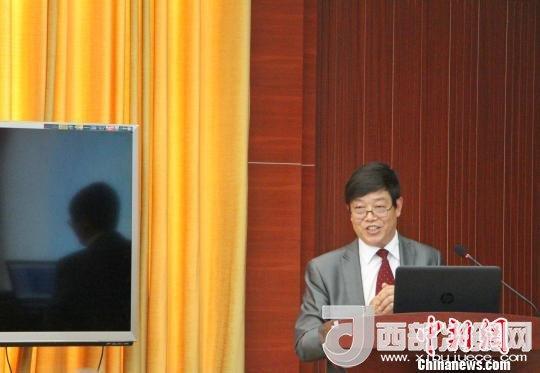 """图为中南大学教授欧阳友权在现场作了题为""""我国文化产业发展的三大拐点与高校的责任""""报告。 赵晓 摄"""