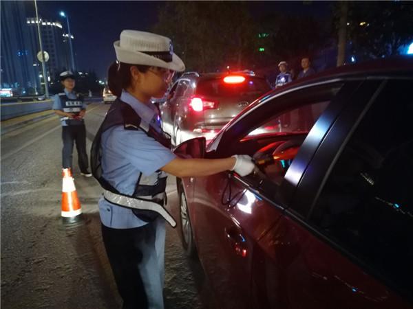 宝鸡高交大队宝平中队警花出动全力查处酒驾交通违法