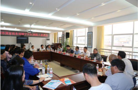 安顺市国税局副局长徐建东一行到镇宁调研相关工作
