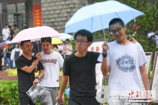 资料图:6月8日,山西太原,考生打伞走出考场。当日,全国部分地区2018年高考结束。 <a target='_blank'  data-cke-saved-href='http://www.chinanews.com/' href='http://www.chinanews.com/'>中新社</a>记者 武俊杰 摄