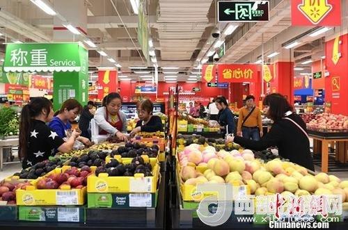 资料图:民众在超市选购水果。<a target='_blank'  data-cke-saved-href='http://www.chinanews.com/' href='http://www.chinanews.com/'>中新社</a>记者 俞靖 摄