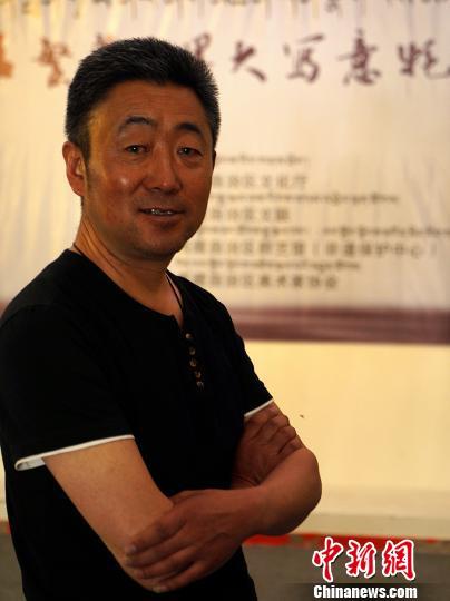 西藏自治区拉萨市美术家协会理事、牦牛画家孟繁华。 江飞波 摄