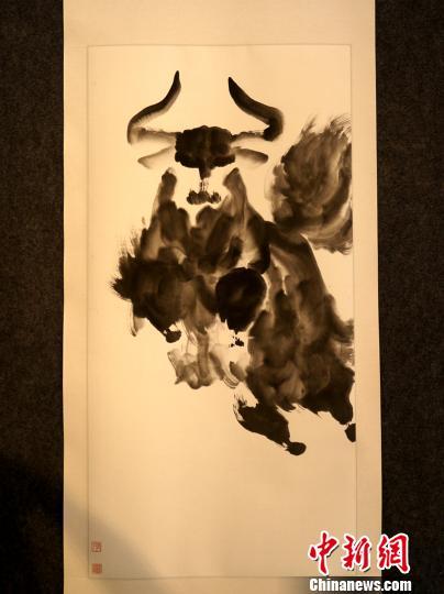 西藏画家孟繁华创作的水墨写意牦牛画。 江飞波 摄