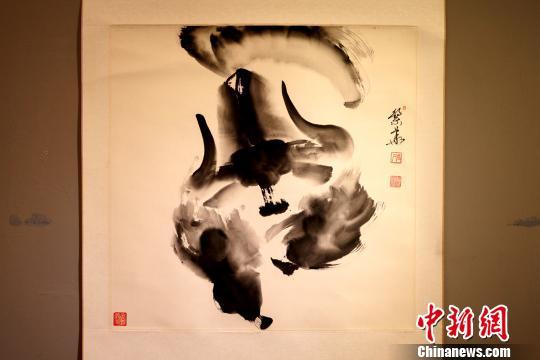 西藏画家孟繁华创新使用水墨写意的方式进行牦牛画创作。图为他所绘的野牦牛水墨画。 江飞波 摄