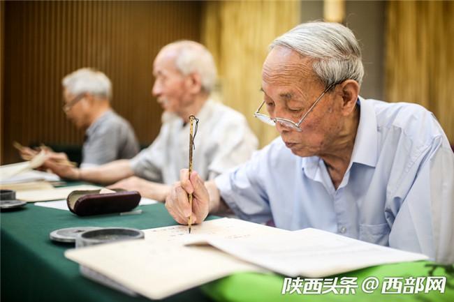 高清组图:陕师大老教授毛笔手写录取通知书