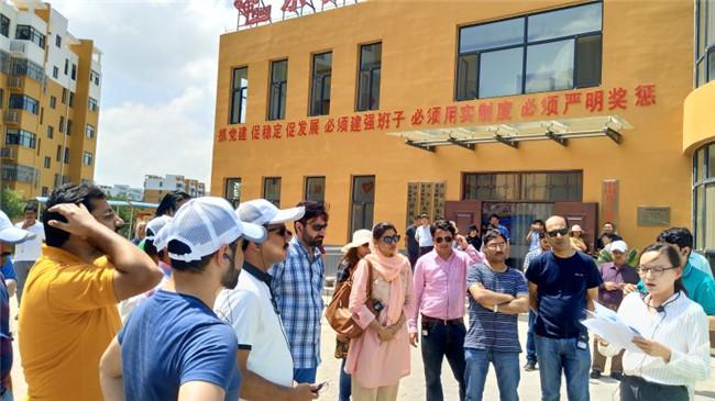 榆林靖边县海则畔移民二区迎来国际友人