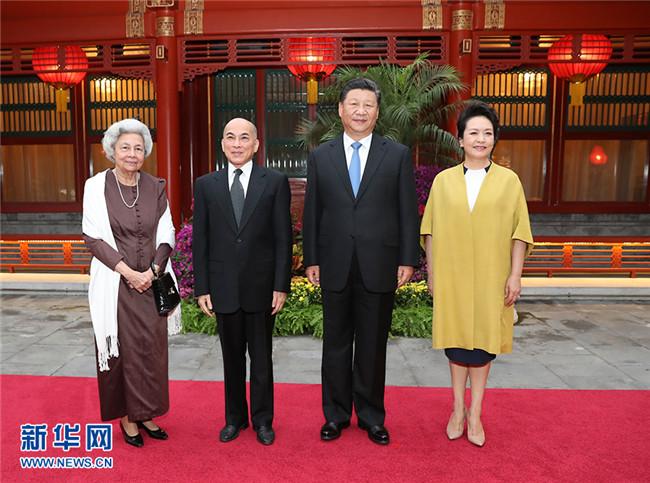 习近平主席夫妇看望柬埔寨国王西哈莫