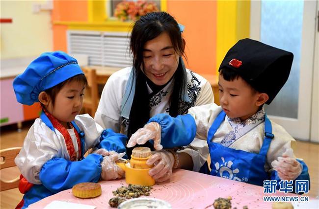 体验做月饼 感受传统文化