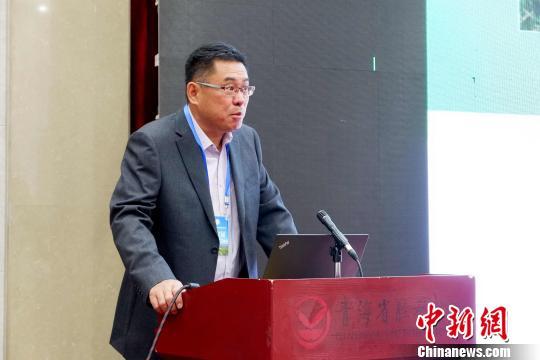 图为青海省农林科学院副院长、国家大麦青稞产业技术体系岗位科学家迟德钊正在发言。 李隽 摄