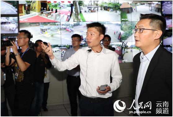 """马化腾体验""""一部手机游云南"""" 民族村"""
