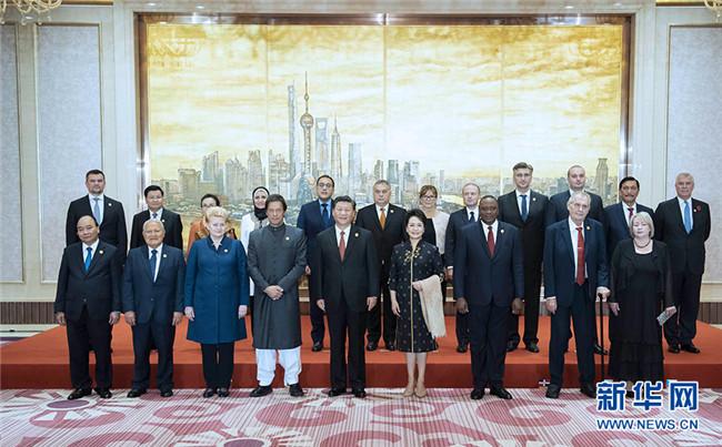 习近平和彭丽媛欢迎出席首届中国国际
