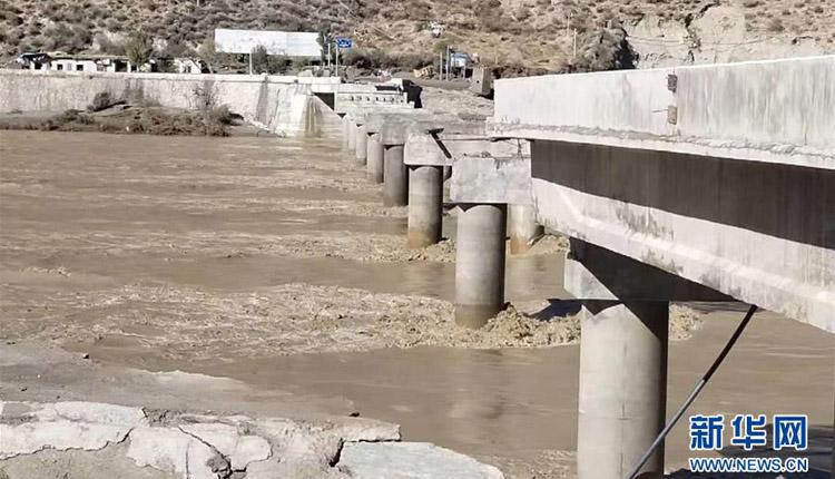 白格堰塞湖泄洪致国道318线竹巴笼金沙江大桥冲毁