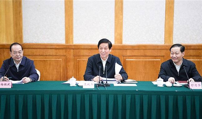 栗战书:用法律武器治理污染筑牢长江上游生态屏障