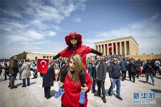 土耳其庆祝国家主权日及儿童节 空军特技表演队助阵