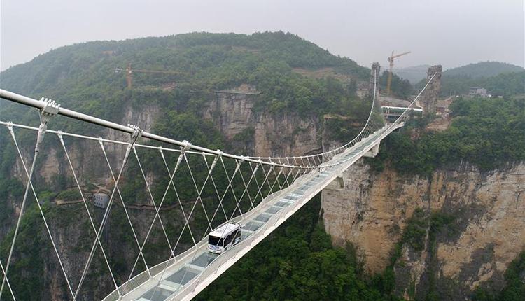 湖南张家界:5.5吨无人驾驶巴士挑战高山峡谷玻璃桥
