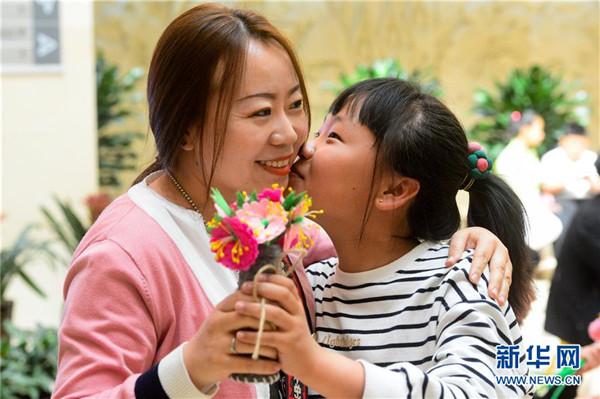 巧手制花束 献礼母亲节