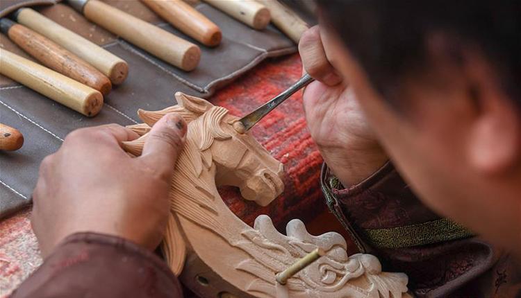 马头琴制作人白苏古郎:传承非遗文化 传唱民族声音