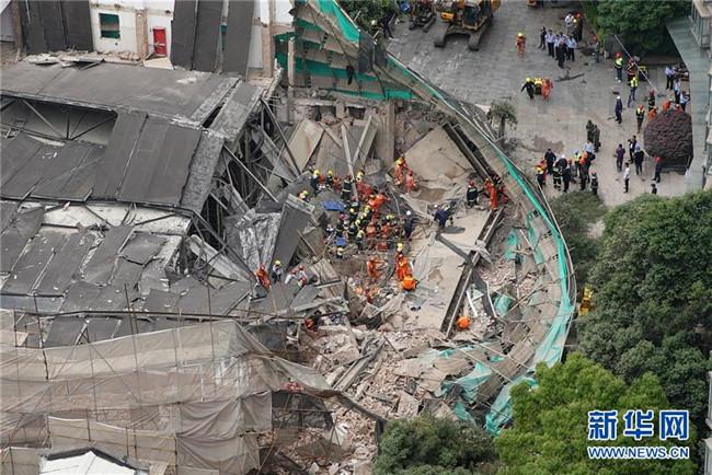 上海一建筑墙体倒塌:已救出22人 5人抢救无效死亡