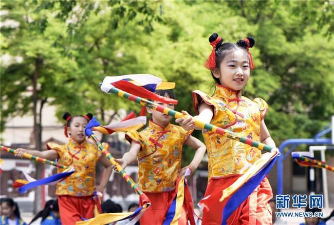 呼和浩特:校园炫彩花棍舞