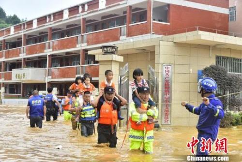 """中东部天气呈""""北热南雨"""" 南方多地应对洪涝灾害"""