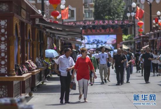 新疆国际大巴扎景区迎来客流高峰