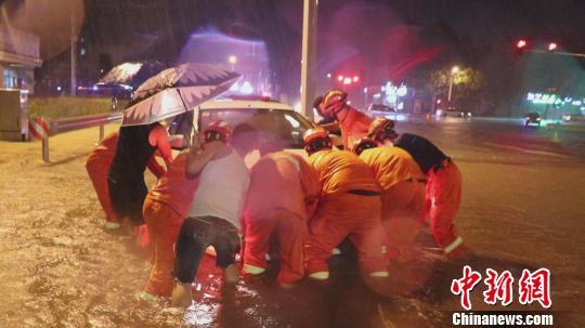 """台风""""利奇马""""横扫山东 致3人被洪水冲走正在搜救"""