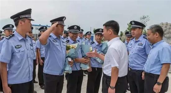 """渭南潼关县公安局隆重欢迎""""2000.12.18""""命案追逃组凯"""