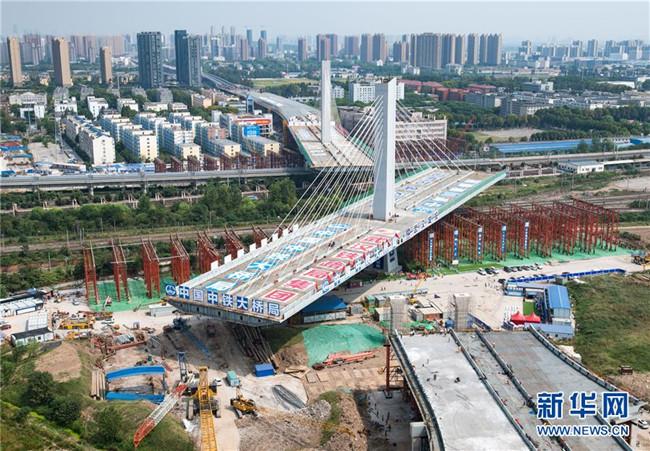 武汉一座3.6万吨桥梁顺利转体跨越11条铁路线