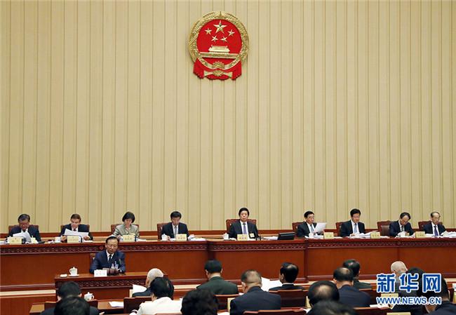 栗战书主持十三届全国人大常委会第十四次会议