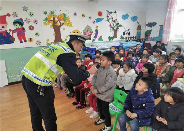 宝鸡凤翔交警进校园 预热122全国交通安全宣传日