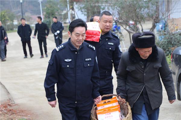 汉中西乡交警开展2020年节前扶贫慰问活动