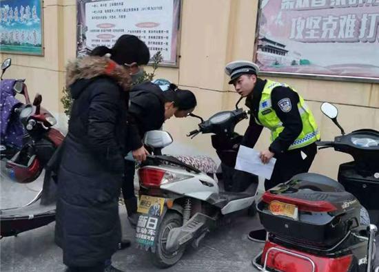 宝鸡凤翔交警走进社区为居民电动车挂牌