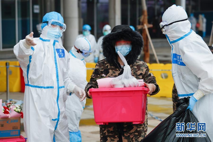 (聚焦疫情防控)(5)武汉首个中医方舱医院首批治愈患者出院