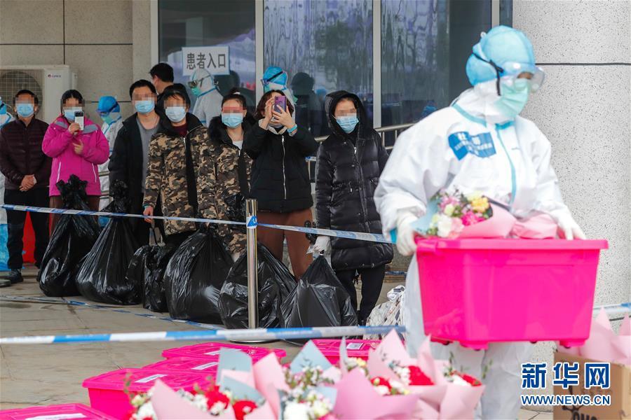 (聚焦疫情防控)(1)武汉首个中医方舱医院首批治愈患者出院
