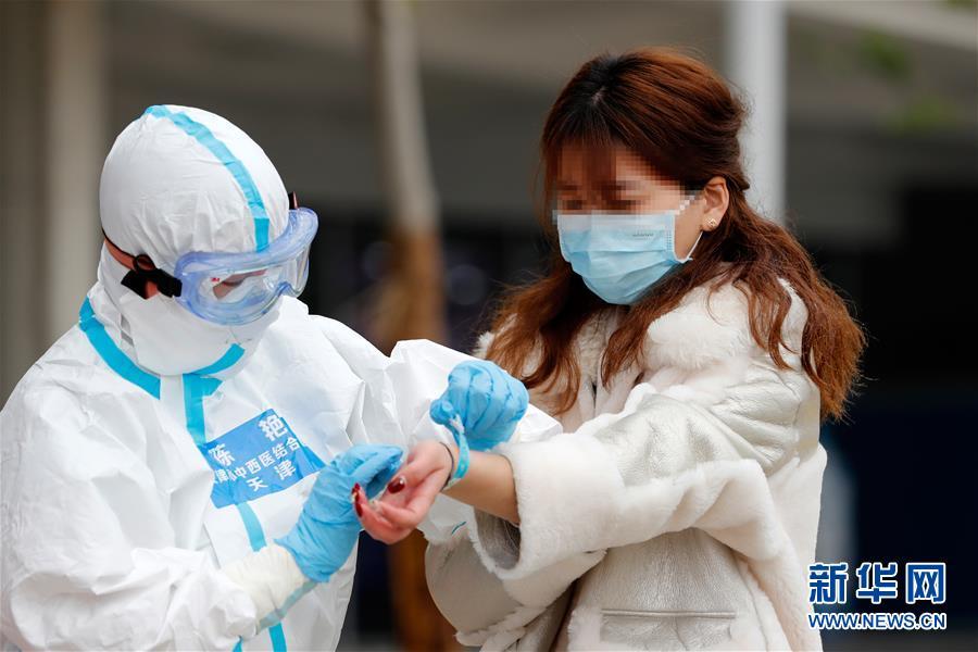 (聚焦疫情防控)(3)武汉首个中医方舱医院首批治愈患者出院