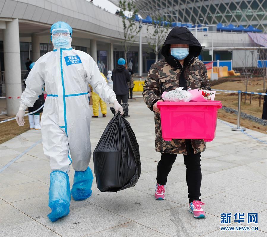 (聚焦疫情防控)(4)武汉首个中医方舱医院首批治愈患者出院