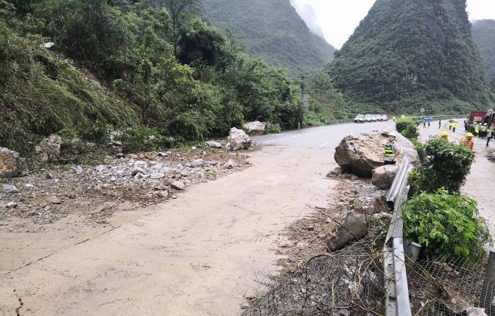 广西河池山体滑坡 20吨重落石砸中两辆大货车