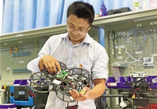 """""""魔法导师""""王新怀:激发学生兴趣,在实践中提升创造"""