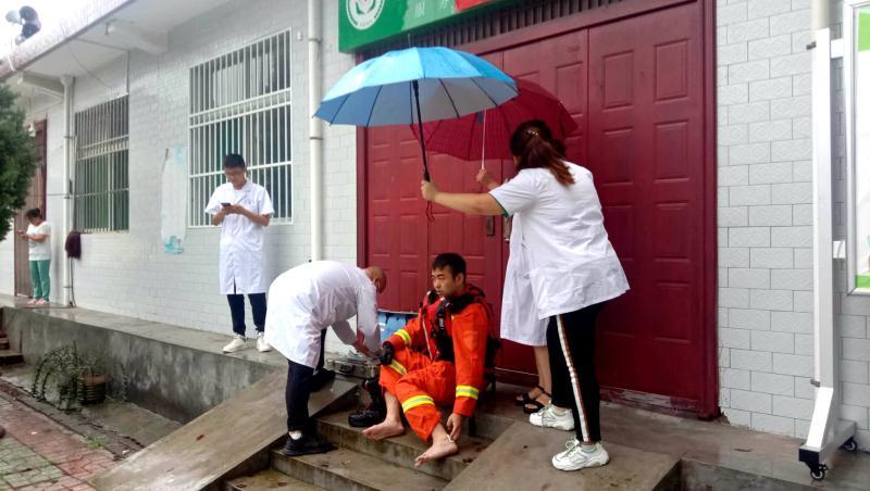 洛南县石门镇卫生院医务人员坚守抗洪救灾第一线