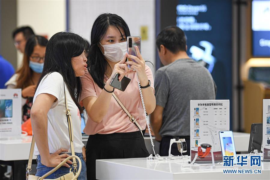 ▲10月4日,消费者在海口日月广场免税店选购商品。新华社记者 蒲晓旭 摄