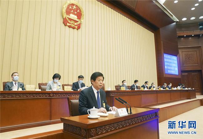 栗战书出席人大常委会会议全体会议并作报告