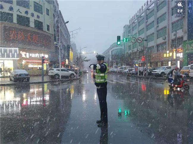 榆林靖边:风雪中的交警温暖了这座城